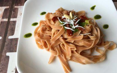 Menù tricolore: tagliatelle con rapa rossa, pesto, pomodori secchi e ricotta salata – Imagine